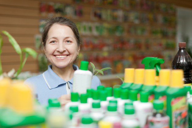 mujer-feliz-elige-fertilizante-liquido_1398-4426