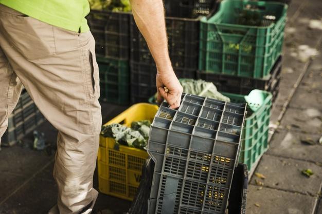 mano-persona-sosteniendo-caja-plastico-supermercado_23-2148209752